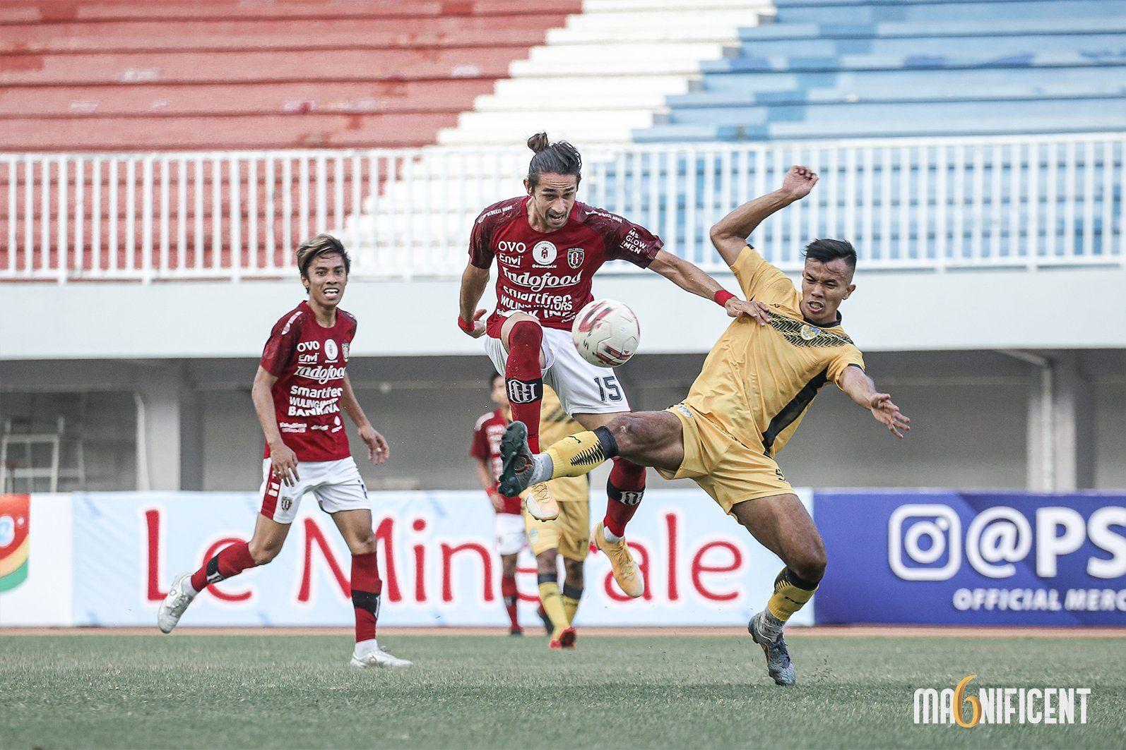 Gavin Kwan Adsit saat berebut bola dengan pemain lawan pada laga uji coba antara Bali United melawan PSIM Yogyakarta di Stadion Mandala Krida, Yogyakarta, Senin (14/6/2021).