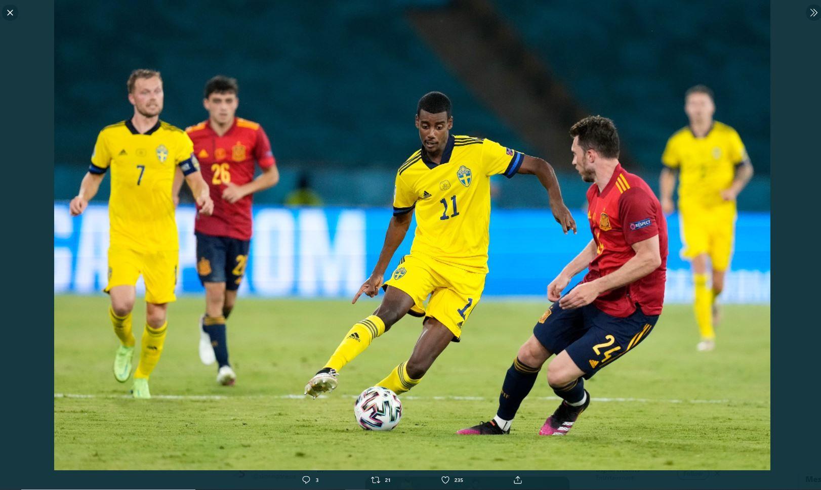 Pemain Swedia, Alexander Isak, mencoba melewati kawalan pemain Spanyol, pada pertandingan Piala Eropa 2020 (Euro 2020).