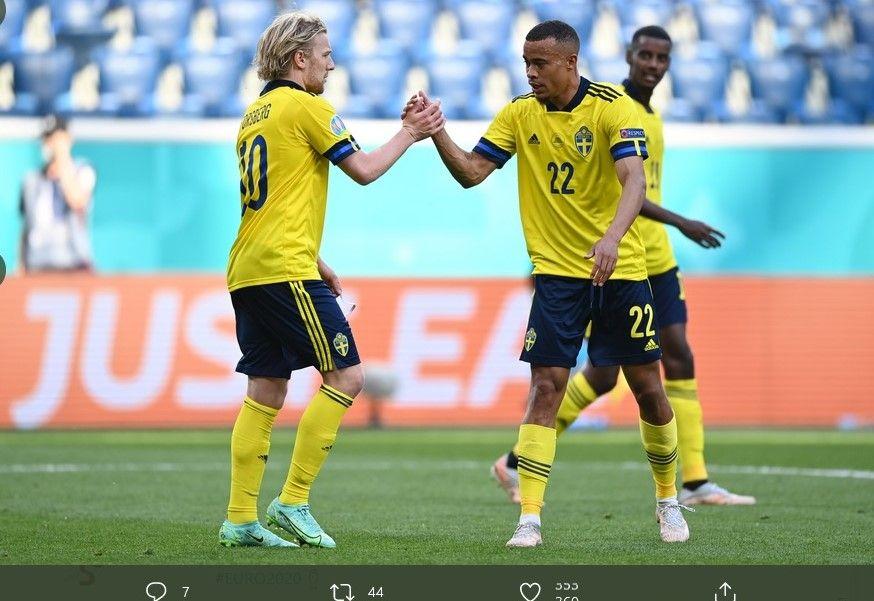Gelandang Swedia, Emile Forsberg (kiri), merayakan gol yang dia ciptakan dalam laga lawan Slowakia, Jumat (18/6/2021).