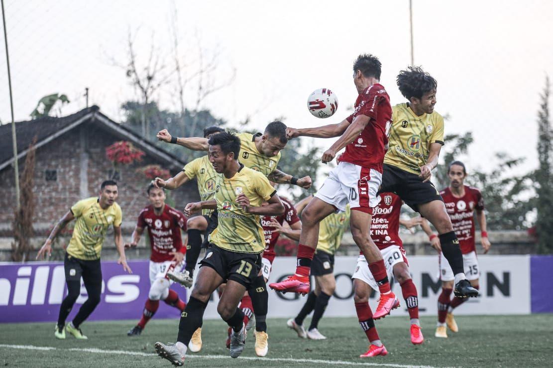 Bali United menutup rangkaian agenda Tour de Java dengan kekalahan usai ditaklukkan Barito Putera dua gol tanpa balas pada Jumat (18/6/2021).