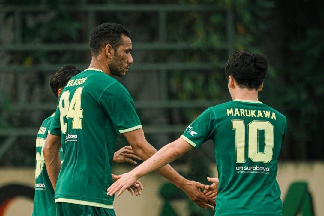 Dua pemain asing Persebaya Surabaya, Jose Wilksondan Taisei Marukawa (kanan) mendapat kesempatan bermain saat timnya beruji coba melawan Malang United pada 18 Juni 2021.