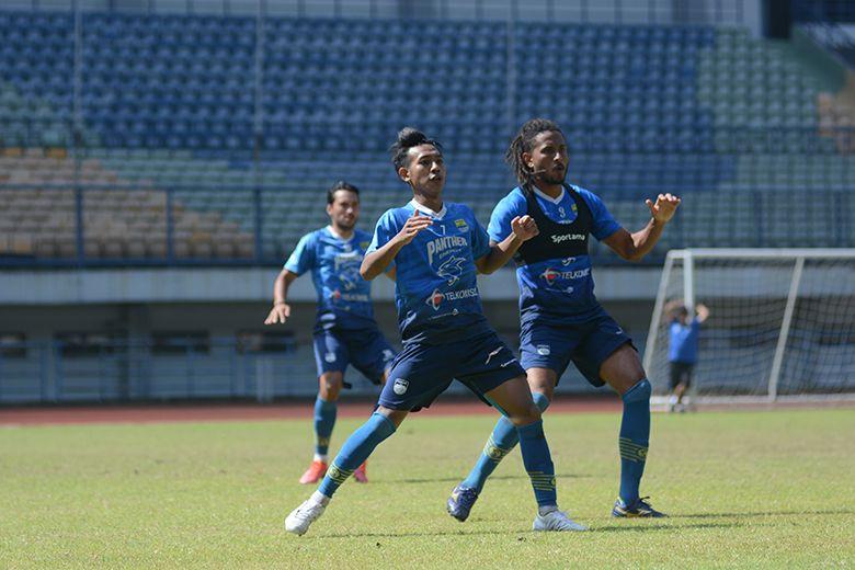 Dua pemain Persib, Beckham Putra Nugraha dan Wander Luiz, bersiap menyambut bola dalam sesi latihan tim Persib Bandung di Stadion GBLA, Kota Bandung, Senin (21/6/2021).