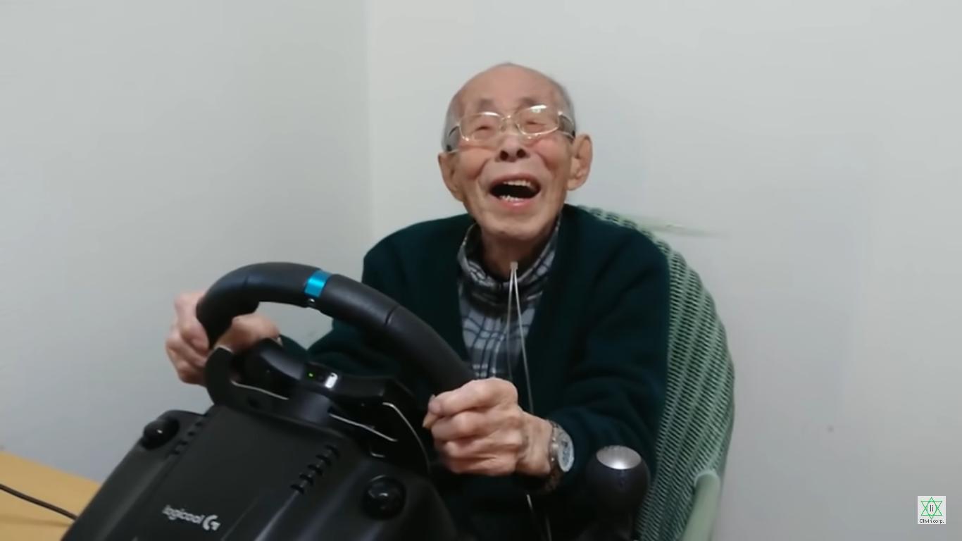 Seorang kakek berusia 93 tahun asal Jepang yang masih gemar bermain game.
