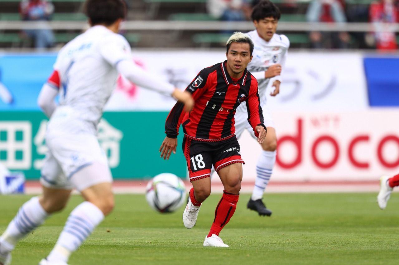 Pemain Hokkaido Consadole Sapporo, Chanathip Songkrasin, pada laga kontra Oita Trinita di Meiji Yasuda J1 League 2021.