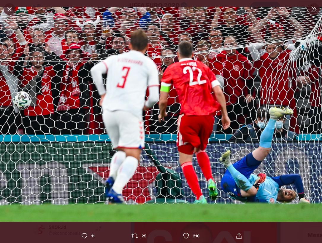 Pemain Rusia, Artem Dzyuba, ketika mengeksekusi penalti melawan Denmark pada Piala Eropa 2020.