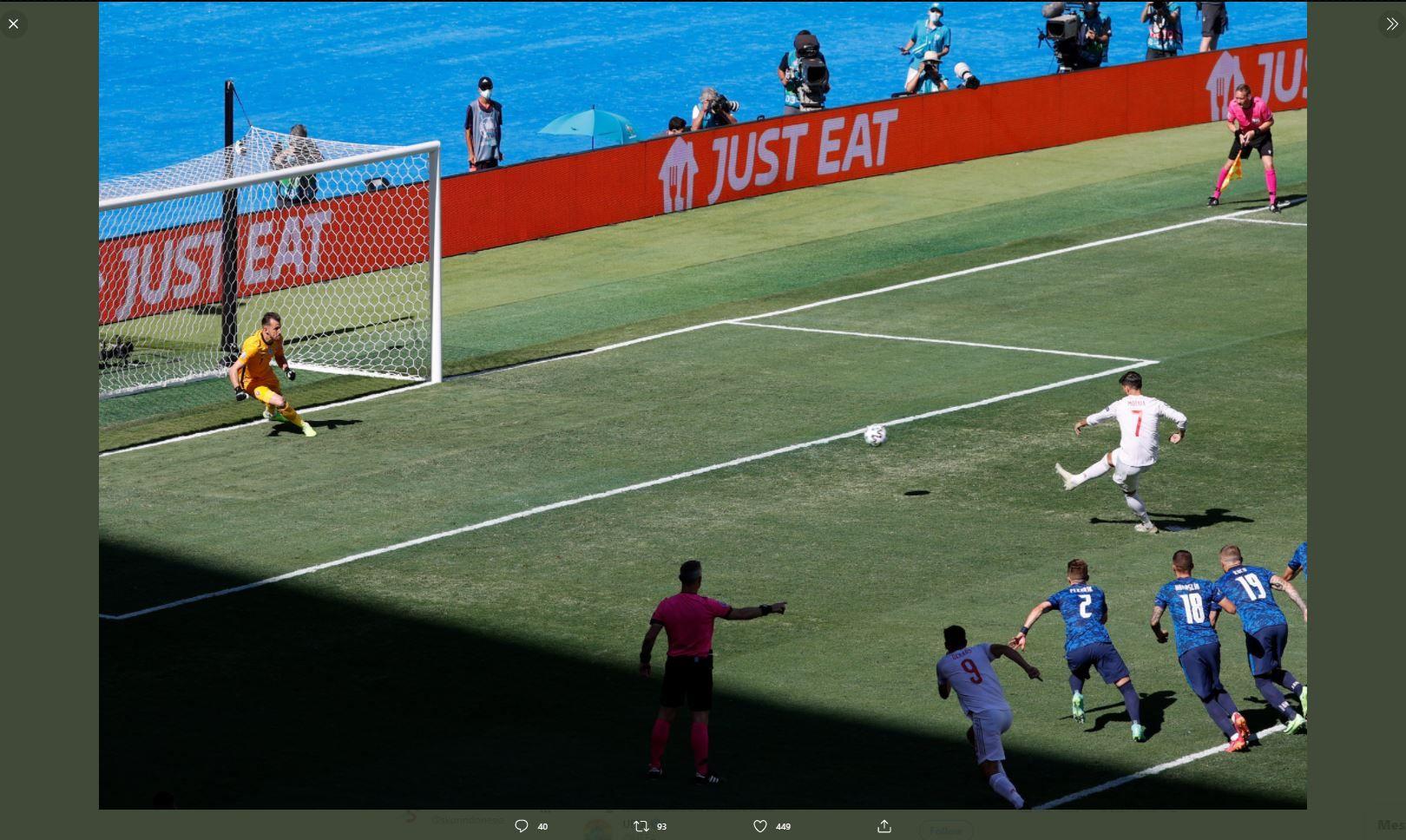 Penyerang timnas Spanyol, Alvaro Mortata, gagal mengeksekusi tendangan penalti ke gawang Slowakia yang dikawal Martin Dubravka di Piala Eropa 2020 (Euro 2020).