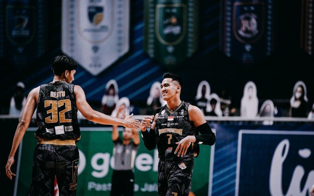 Azzaryan Pradhitya saat membela KAI Bima Perkasa di Playoff IBL 2021