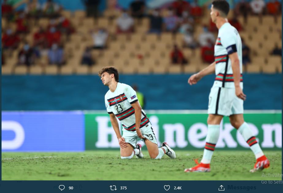 Winger Portugal, Joao Felix (kiri) meratapi kekalahan timnya dari Belgia di Euro 2020, Senin (28/6/2021).