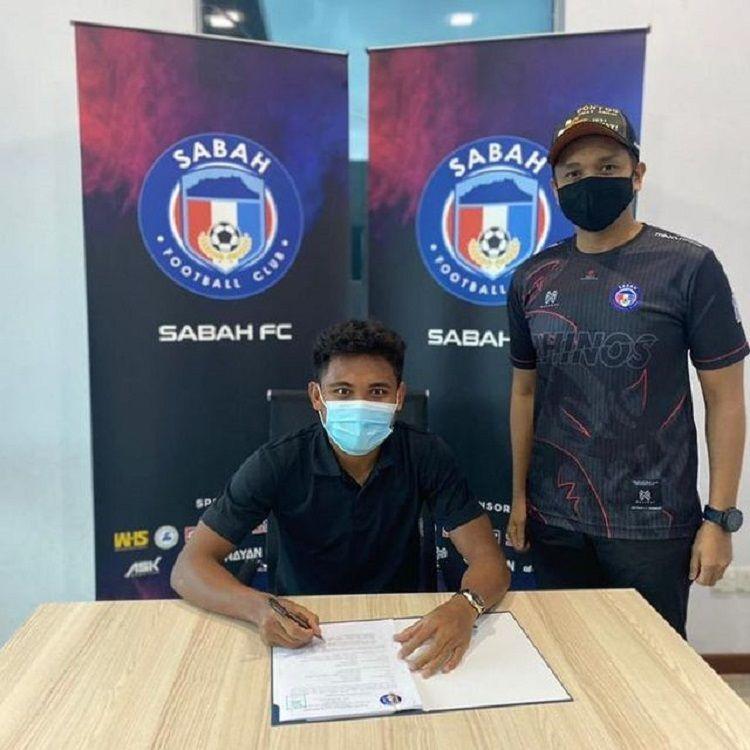 Pemain asal Indonesia, Saddil Ramdani (kiri), menandatangani perpanjangan kontrak dari Sabah FC.