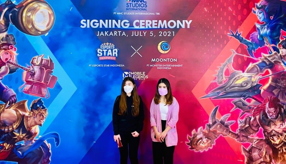 Business Development Manager Moonton Indonesia, Ivy Susanto (kiri), bersama Direktur Utama PT Esports Star Indonesia, Valencia Tanoesoedibjo (kanan), dalam acara signing ceremony Esport Star Indonesia season 2.