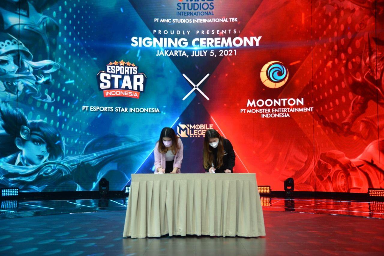 Direktur Utama PT Esports Star Indonesia, Valencia Tanoesoedibjo (kiri), dan Business Development Manager Moonton Indonesia, Ivy Susanto (kanan), dalam acara signing ceremony Esport Star Indonesia season 2.