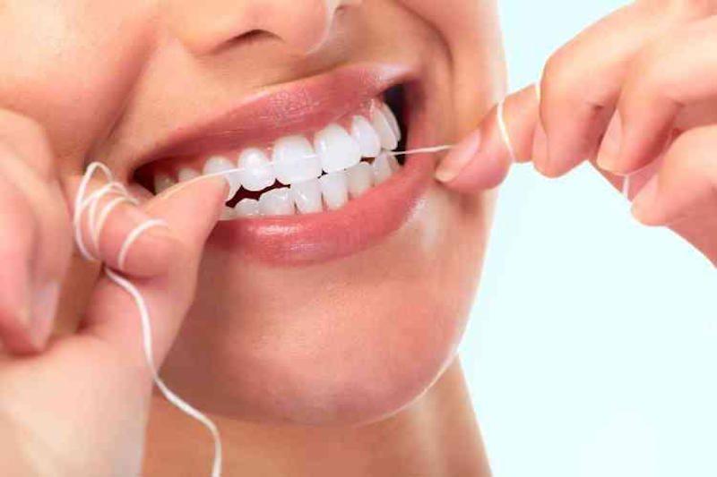 Ilustrasi flossing gigi.