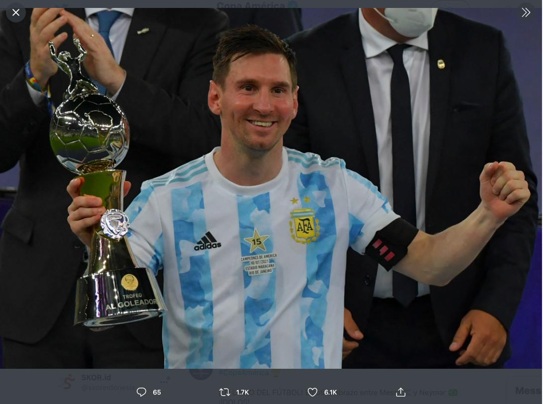 Lionel Messi ketika meraih penghargaan top skorer Copa America 2021.