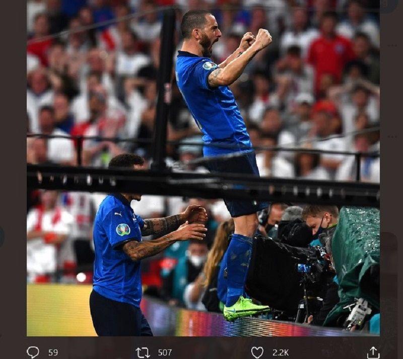 Leonardo Bonucci berdiri di board pembatas lapangan menghadap ke penonton saat merayakan gol yang dia ciptakan pada menit ke-67, lawan Inggris, Senin (12/7/2021).