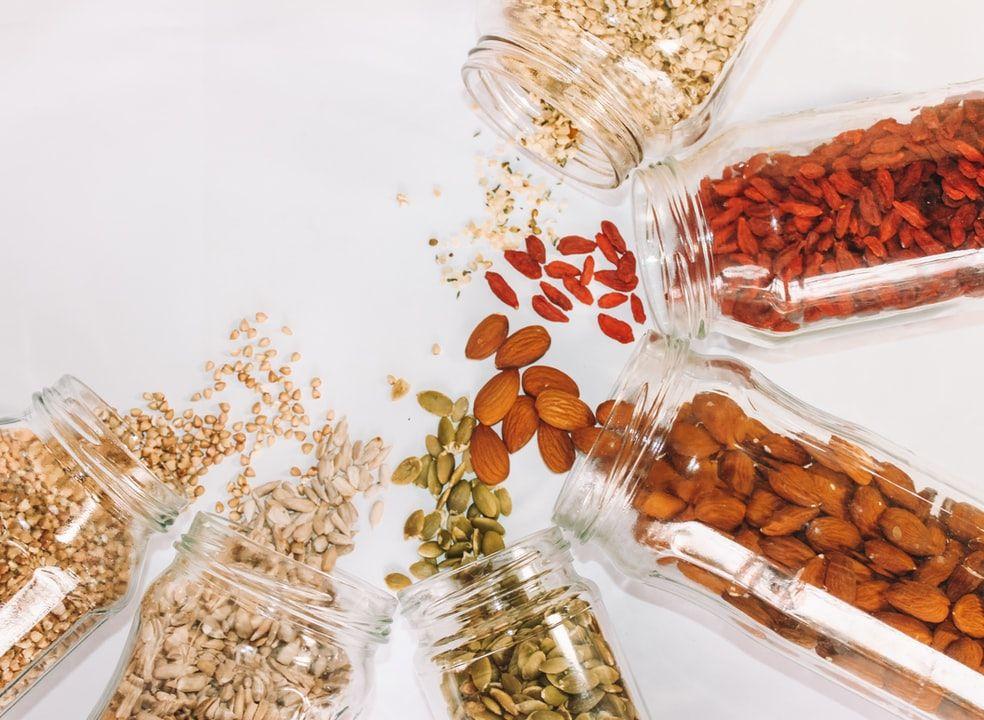 Ilustrasi kacang-kacangan dan oats sebagai makanan yang bisa turunkan kolestrol.
