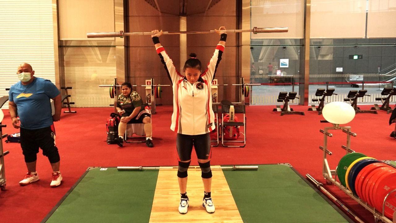 Lifter Indonesia sedang berlatih untuk mematangkan teknik sebelum berlaga di Olimpiade Tokyo 2020.