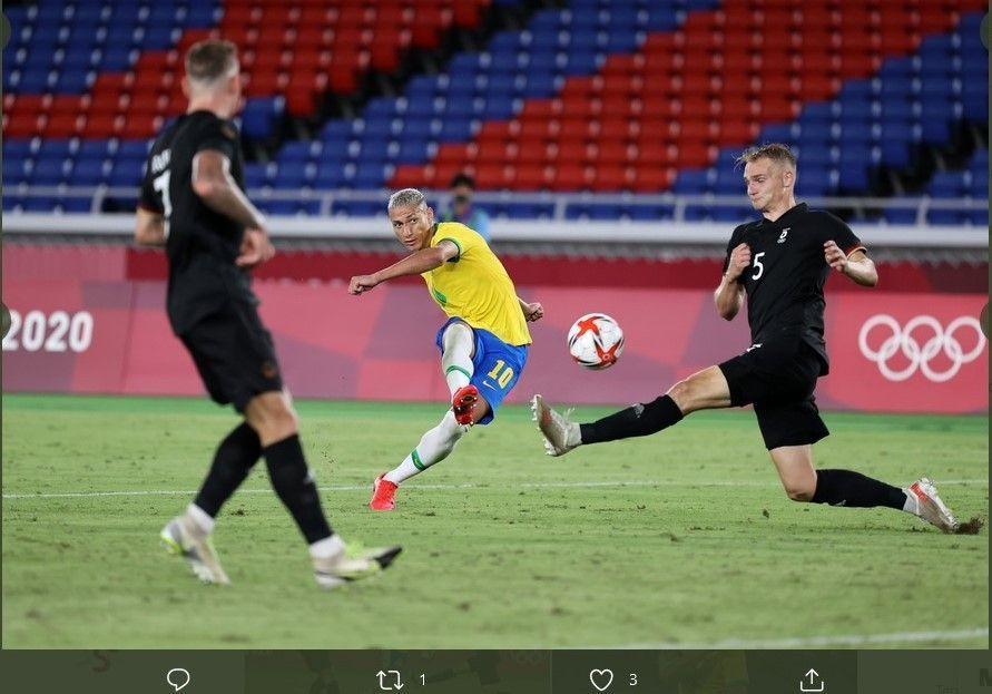 Penyerang Brasil, Richarlison (tengah) melepaskan tembakan ke gawang Jerman dalam laga sepak bola putra Olimpiade Tokyo 2020, Kamis (22/7/2021).