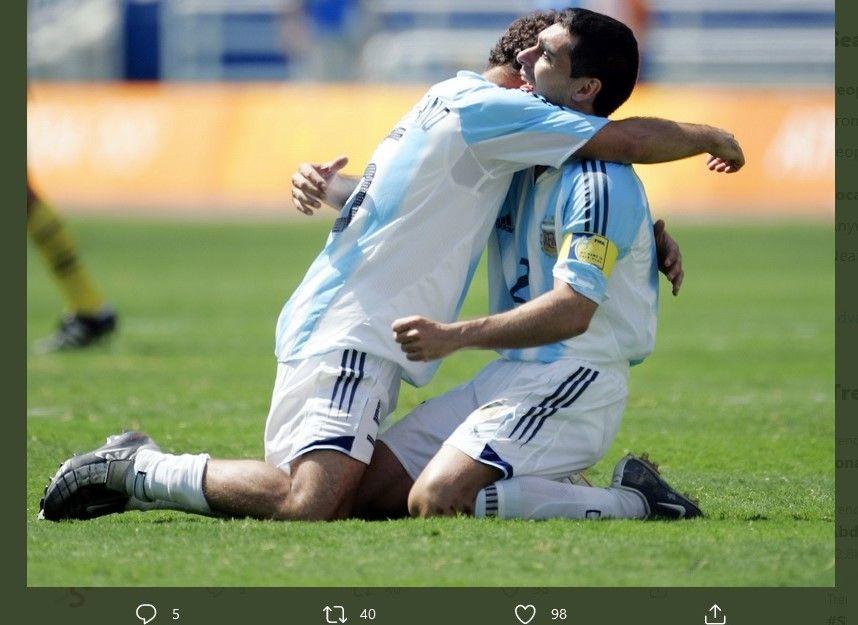Roberto Ayala (kanan) ketika memeluk Javier Mascherano dalam Olimpoade 2004 saat Argentina berhasil meraih medali emas.