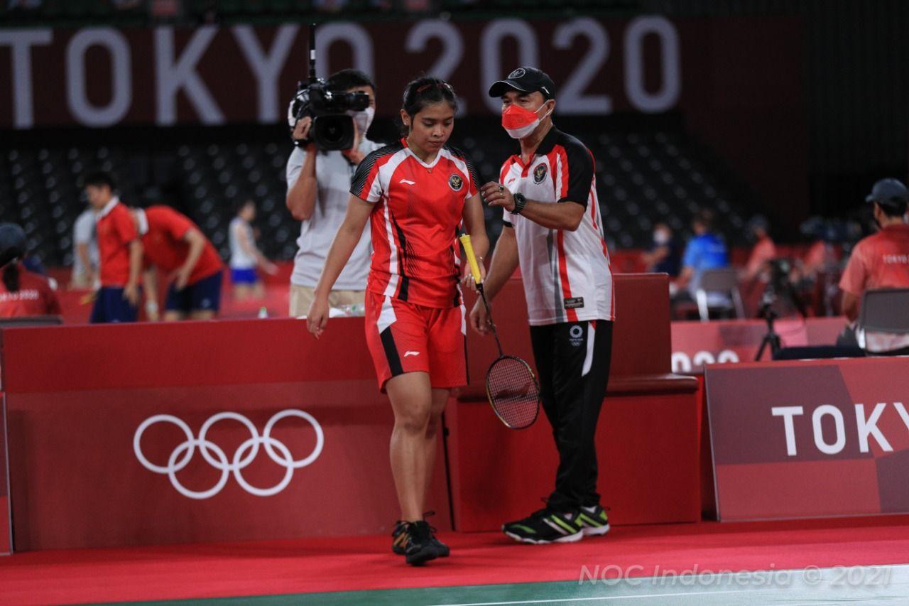 Gregoria Mariska Tunjung mendapat arahan dari Rionny Mainaky pada masa interval laga babak eliminasi pertama Olimpiade Tokyo 2020 kontra Ratchanok Intanon (Thailand) yang digelar di Musashino Forest Sport Plaza pada Kamis (29/7/2021).