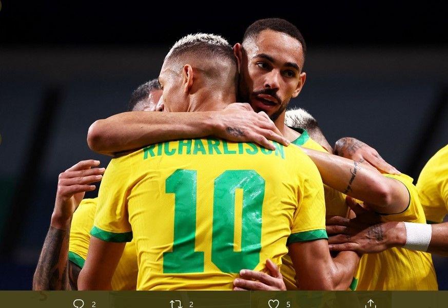 Matheus Cunha saat memeluk Richarlison yang memberikan assist bagi gol yang dia ciptakan ke gawang Mesir pada Olimpiade Tokyo, Sabtu (31/7/2021).