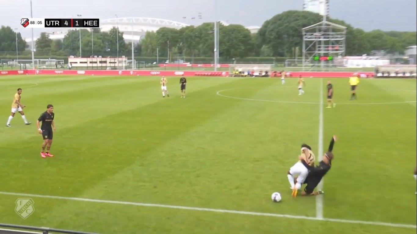 Pemain asal Indonesia, Bagus Kahfi mendapat tekel dari pemain Jong SC Heerenveen ketika bermain untuk Jong Utrecht, Selasa (3/8/2021).