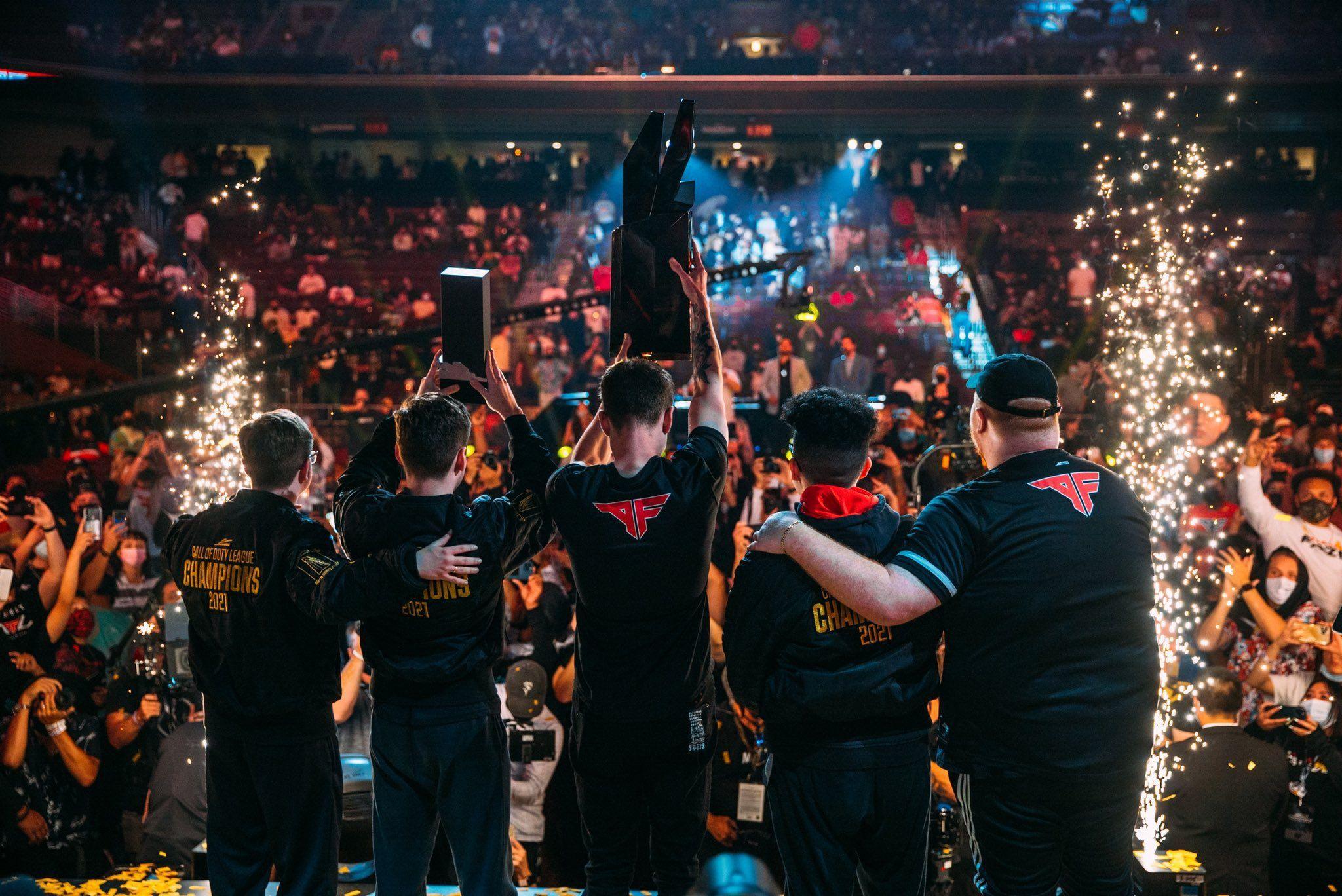Momen kebanggaan Atlanta FaZe ketika mengangkat piala kejuaraan Call of Duty League Championship 2021.