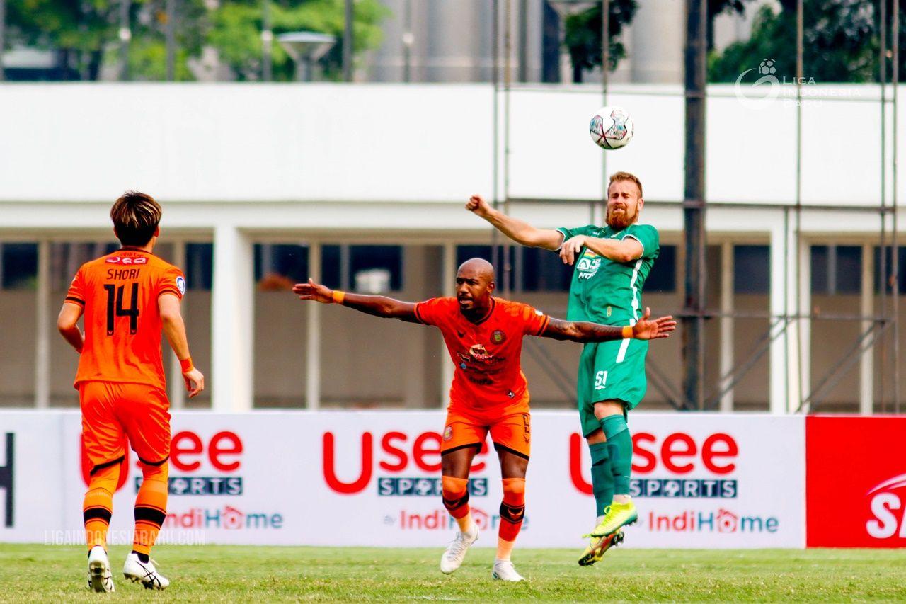Penyerang Persiraja Banda Aceh, Paulo Henrique (tengah), dikawal bek PS Sleman, Mario Maslac (kanan) pada laga pekan kedua Liga 1 2021-2022 di Stadion Madya, Jakarta, Sabtu (11/9/2021).