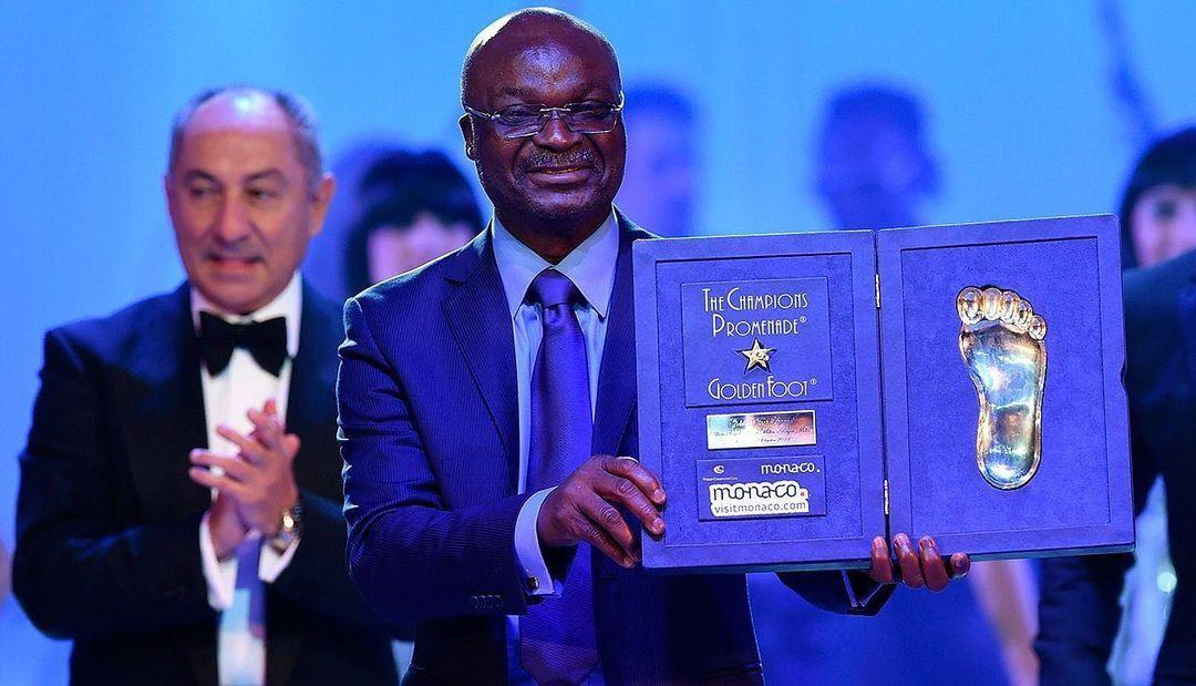 Roger Milla, legenda sepak bola Kamerun, saat mendapat penghargaan.