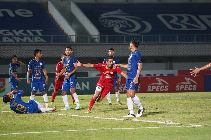 Suka cita bek Otavio Dutra seusai membuat gol bagi Persija ke gawang PSIS Semarang dalam laga pekan kedua Liga 1 2021-2022, 12 September 2021.