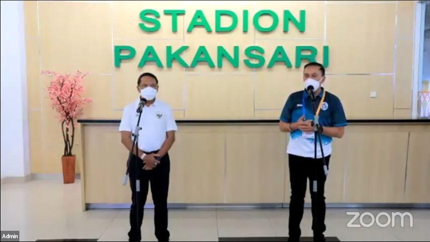 Menpora Zainudin Amali (kiri) bersama Ketua Umum PSSI, Mochamad Iriawan (kanan) memberikan keterangan pers di Stadion Pakansari, Bogor, Minggu (12/9/2021).