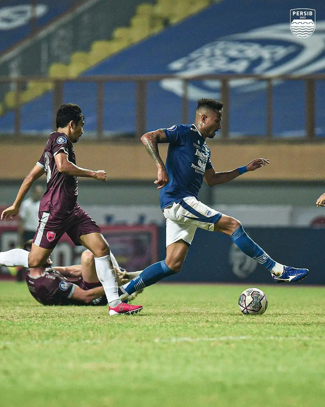 Aksi pemain Persib Bandung, Wander Luiz (kanan), melewati pengawalan pemain-pemain PSM Makassar dalam lanjutan Liga 1 2021-2022, Sabtu (2/10/2021).
