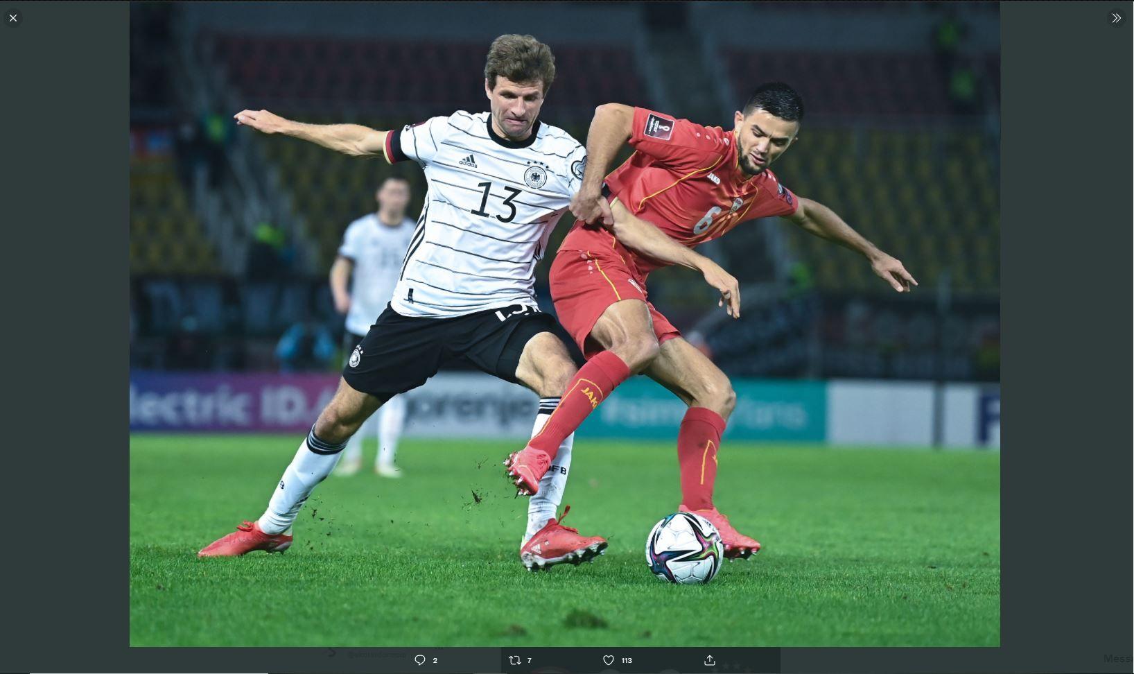 Pemain timnas Jerman, Thomas Muller (kiri) berduel dengan pemain timnas Makedonia Utara.