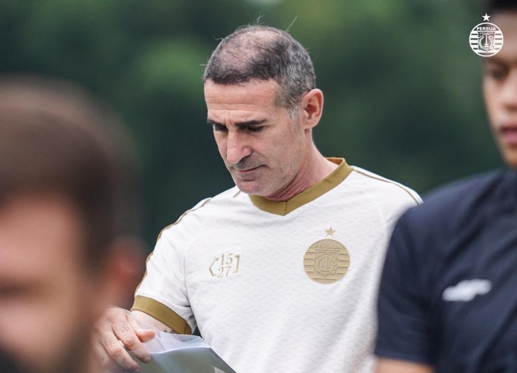 Pelatih asal Italia, Angelo Alessio memimpin latihan tim Persija untuk pertama kalinya, Jumat (18/6/2021).
