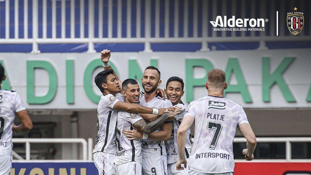 Para pemain Bali United merayakan gol Ilija Spasojevic ke gawang Persita, Jumat (24/9/2021) sore.