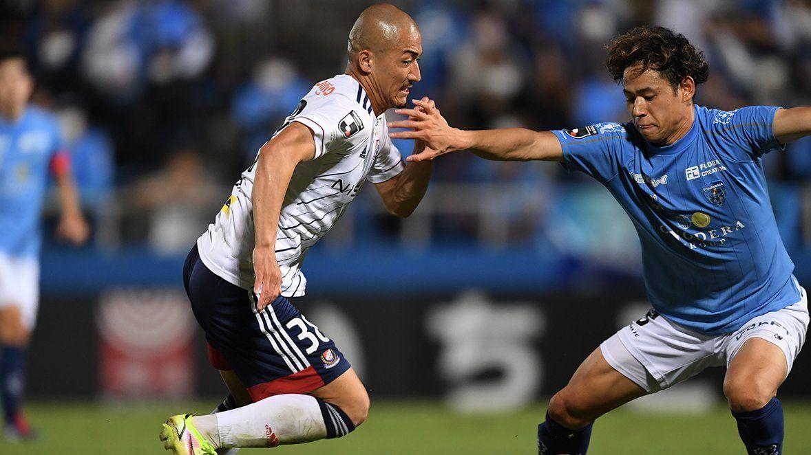 Penyerang Yokohama F. Marinos, Daizen Maeda (kiri), dalam laga Derbi Yokohama lawan Yokohama FC di Meiji Yasuda J1 League 2021.
