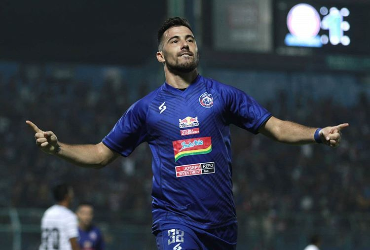 Selebrasi pemain asing Arema FC, Jonathan Bauman, setelah mencetak gol ke gawang Persela Lamongan dalam lanjutan Piala Gubernur Jatim 2020 di Stadion Kanjuruhan, Malang, Kamis, 13 Februari 2020.