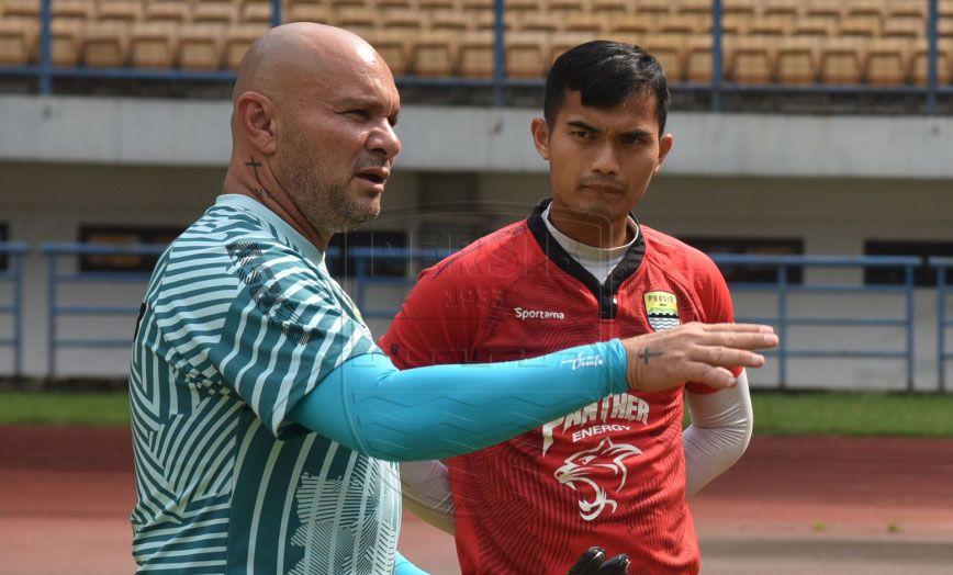 Pelatih kiper Persib Bandung, Luizinho Passos, berbincang dengan Dhika Bayangkara.