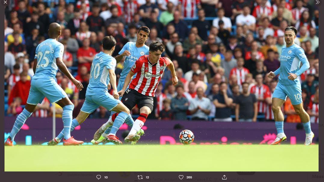 Para pemain Manchester City mengepung pergerakan pemain Southampton, Valentino Livramento (tengah) di pertandingan Liga Inggris.