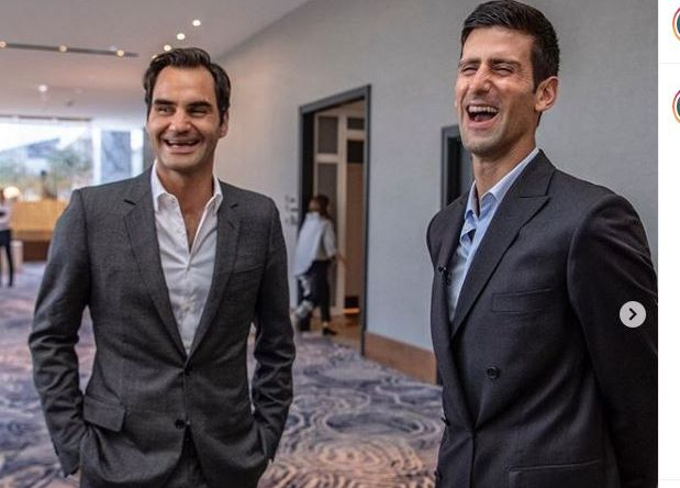 Novak Djokovic (kanan) bersama Roger Federer menghadiri acara yayasan amal milikny pada tahun 2018.