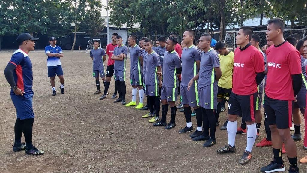 Legenda timnas Indonesia, Peri Sandria (kiri) saat memberikan arahan para pemain PS Marinir di Jakarta, awal Januari 2020.