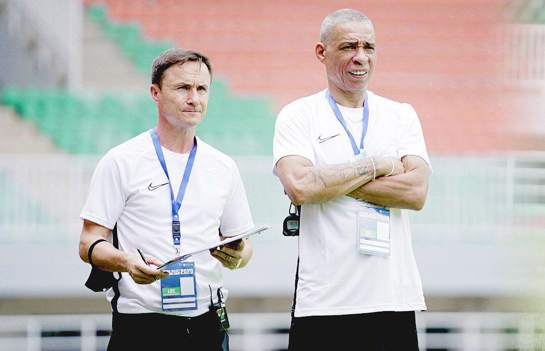 Direktur Teknik Garuda Select, Dennis Wise (kiri), memimpin seleksi Garuda Select III yang berlangsung di Stadion Pakansari, Kabupaten Bogor, 29 Oktober hingga 3 November 2020.
