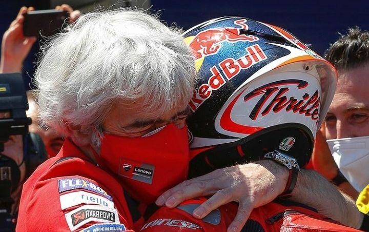 Prinsipal Tim Ducati, Luigi Dall'igna, memeluk erat Jack Miller usai memenangi MotoGP Spanyol 2021 di Sirkuit Jerez, Minggu (2/5/2021) malam WIB.