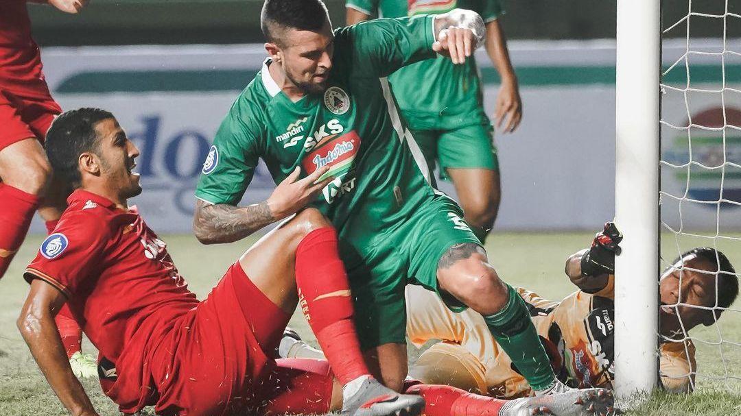 Situasi ketika bek Persija, Yann Motta (kiri) mencetak gol ke gawang PS Sleman, Minggu (5/9/2021).