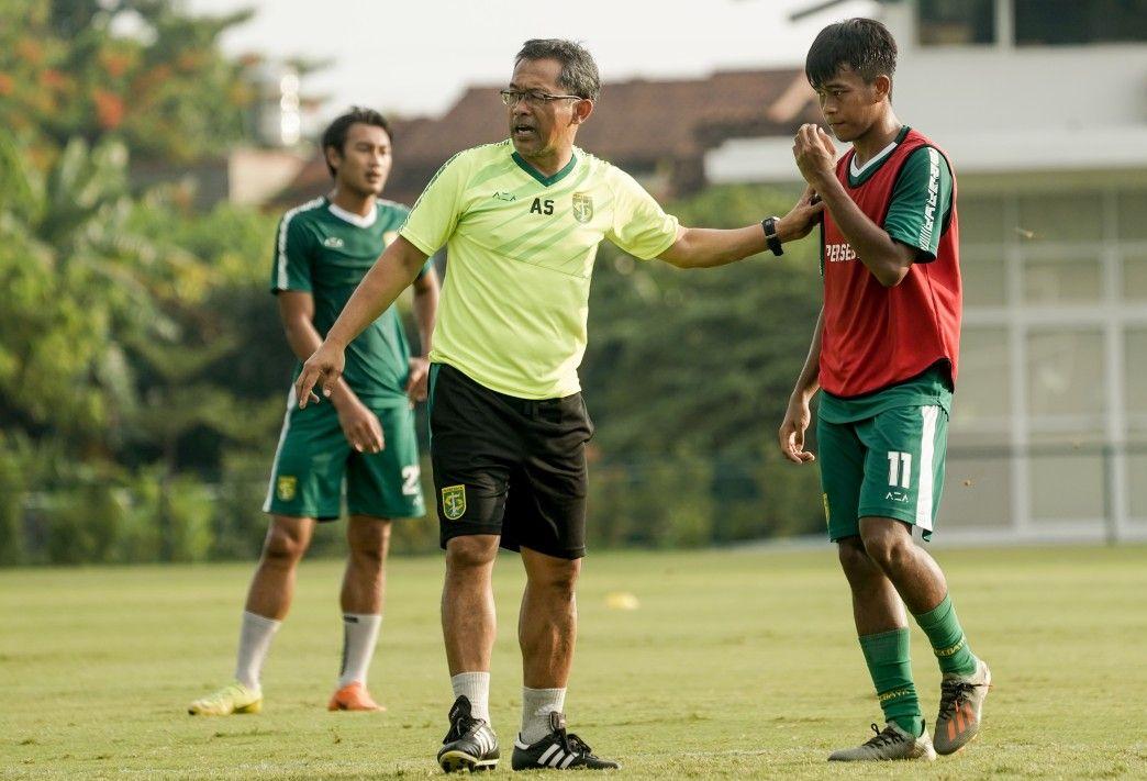 Aji Santoso (tengah), pelatih Persebaya, ketika memberi arahan kepada pemain muda Persebaya, Mochamad Supriadi, dalam sebuah sesi latihan tim pada Maret 2020.