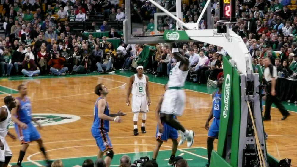 Kevin Garnett (tengah) sedang melakukan slam dunk ketika masih aktif memperkuat Boston Celtic. (Yzukerman/CC BY 2.0)