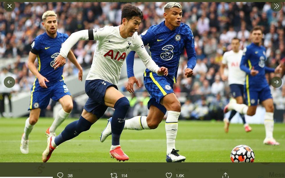 Penyerang Tottenham Hotspur, Son Heung-min, saat mengejar bola dalam penjagaan bek Chelsea, Thiago Silva, Minggu (19/9/2021).