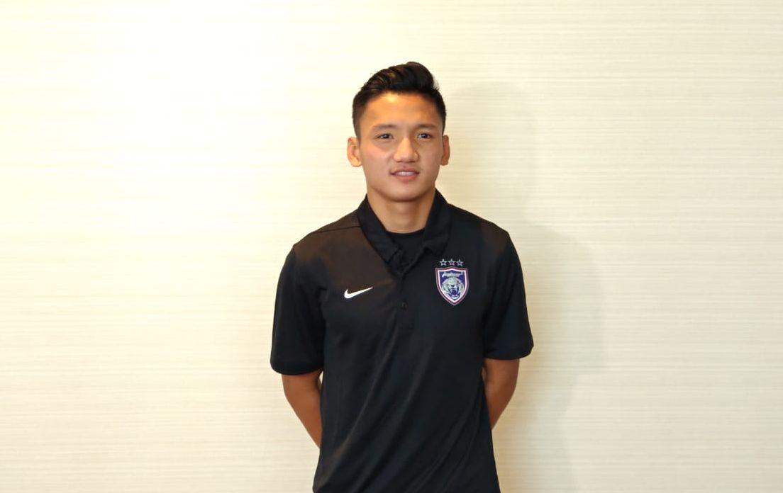 Pose pemain anyar Johor Darul Takzim asal Indonesia, Syahrian Abimanyu seusai berbincang dengan awak media, Kamis, 24 Desember 2020