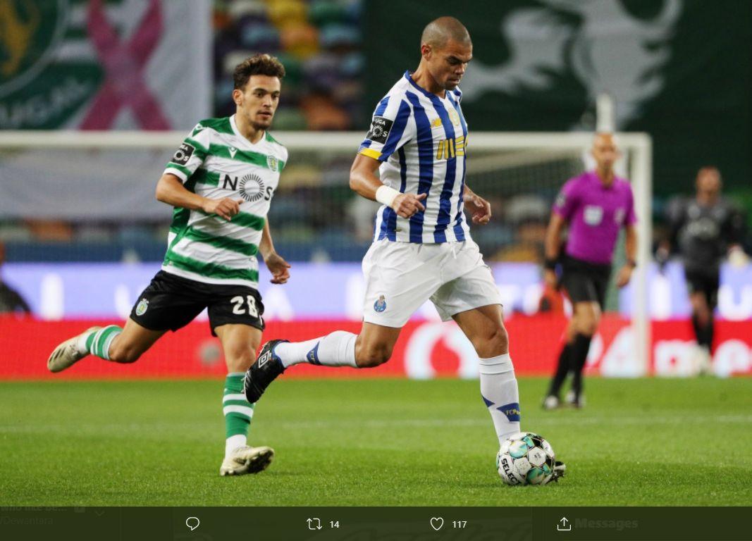 Bek FC Porto, Pepe (kanan), saat menjalani laga kontra Sporting Lisbon, Minggu (18/10/2020) waktu setempat.