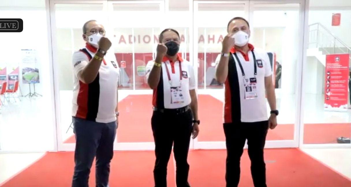 Menpora Zainuddin Amali (tengah) diapit Direktur Utama PT LIB, Akhmad Hadian Lukita (kiri) dan Ketua Umum PSSI, Mochamad Iriawan (kanan) di Stadion Manahan, Solo, April 2021.