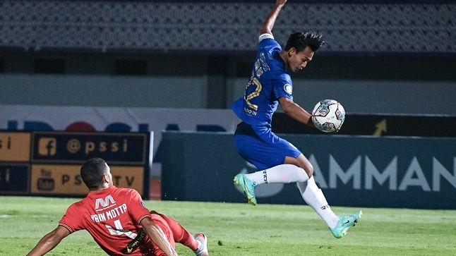 Penyerang Persija, Hari Nur Yulianto (kanan) menghindari tekel bek Persija, Yann Motta dalam laga pekan kedua Liga 1 2021-2022, 12 September 2021.